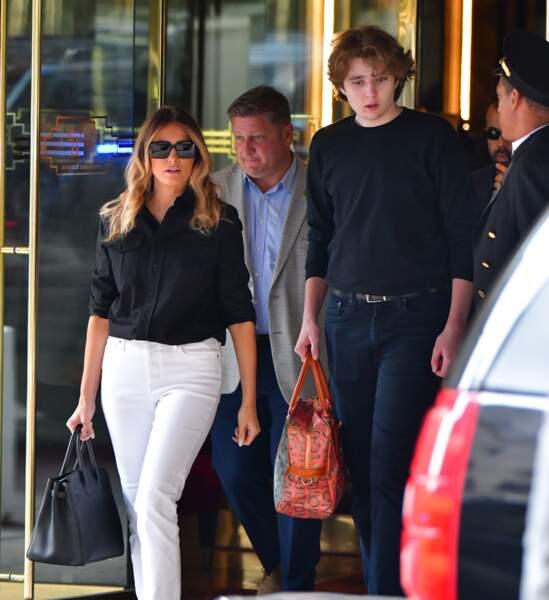 Melania Trump vêtue d'un jean blanc et d'un chemisier noir est accompagnée par son fils Barron, méconnaissable tant il semble avoir grandi en quelques mois.