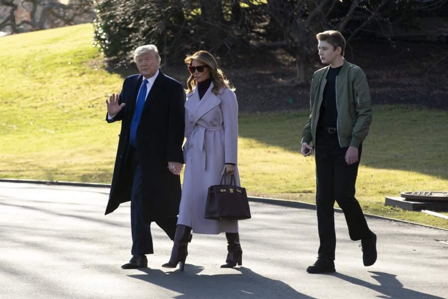 Le 15 janvier 2020, Barron Trump, réservé et en retrait, quittait la Maison Blanche en hélicoptère aux côtés de ses parents.