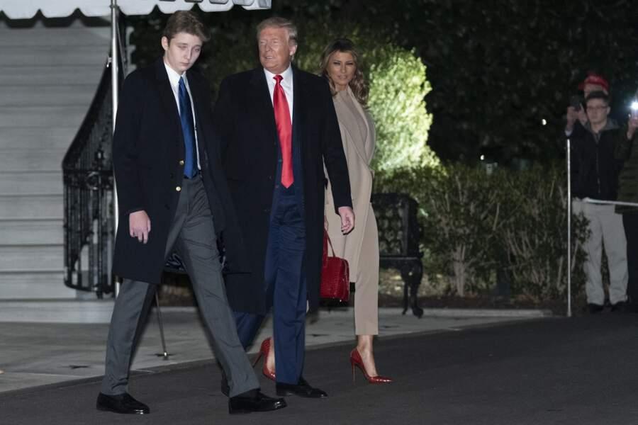 Très chic en costume, Barron Trump quittait la Maison-Blanche pour rejoindre la cérémonie de signature de S.1790, la National Defense Authorization Act for Fiscal Year 2020 dans le Maryland, le 20 décembre 2019, aux cotés de ses deux parents.