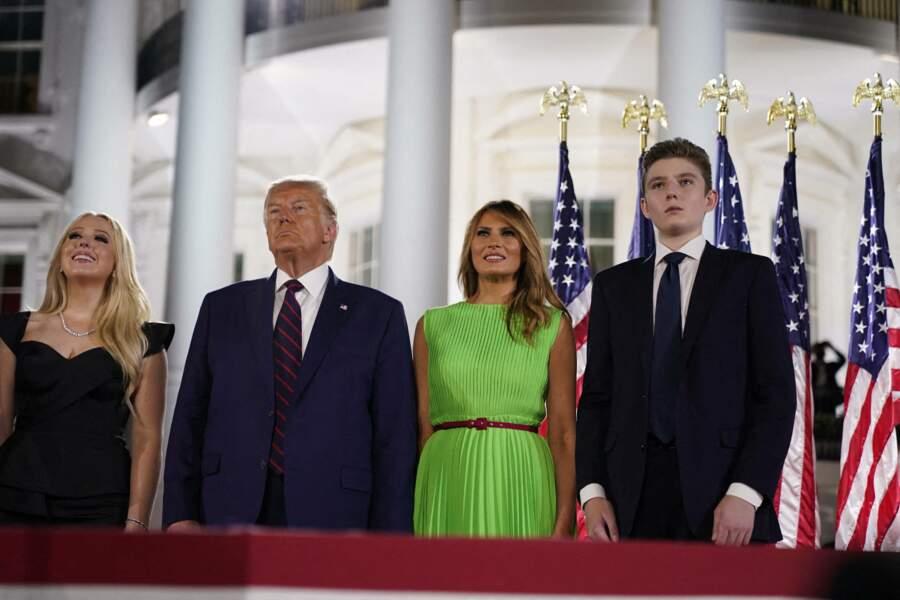 Déjà très grand pour un adolescent de 14 ans, Barron Trump faisait déjà une tête de plus que son père Donald Trump et sa mère Melania Trump lors de leur passage à la Maison Blanche.