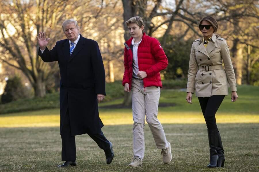 Arrivée de la famille Trump à la Maison Blanche à Washington en hélicoptère le 10 mars 2019. En doudoune rouge, Barron Trump se fait déjà remarquer pour sa grande taille.