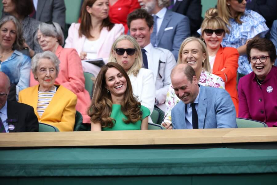 Pour accessoiriser sa robe verte émeraude, Kate Middleton a choisi un sac et des escarpins dans les mêmes tons pour sa venue à la finale féminine de Wimbledon.