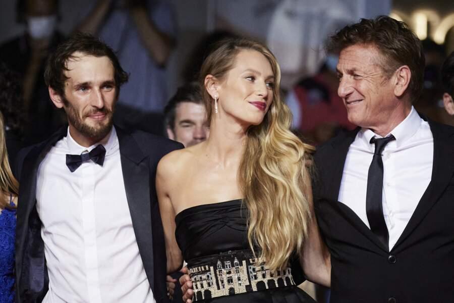 Sean Penn entouré de son fils Howard Jack et de sa fille Dylan pour la montée des marches du Festival de Cannes ce 10 juillet