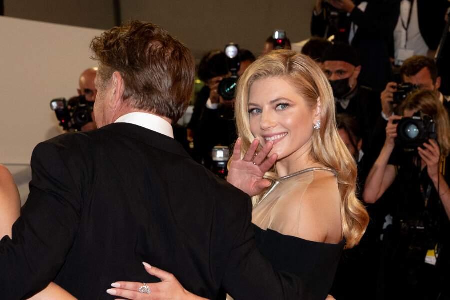 Katheryn Winnick a choisi une robe signée Stella McCartney pour la montée des marches du Festival de Cannes ce 10 juillet