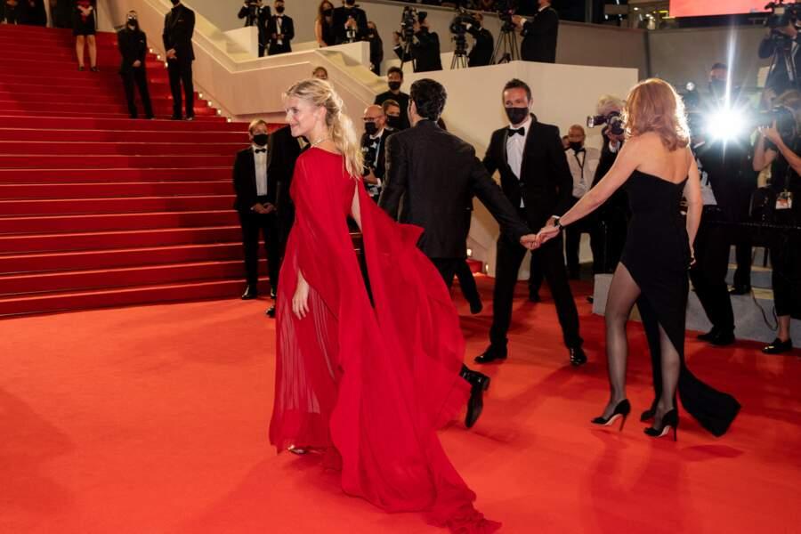 Main dans la main, Mélanie Laurent, Tahar Rahim et Mylène Farmer ont foulé le tapis rouge du Festival de Cannes le 10 juillet
