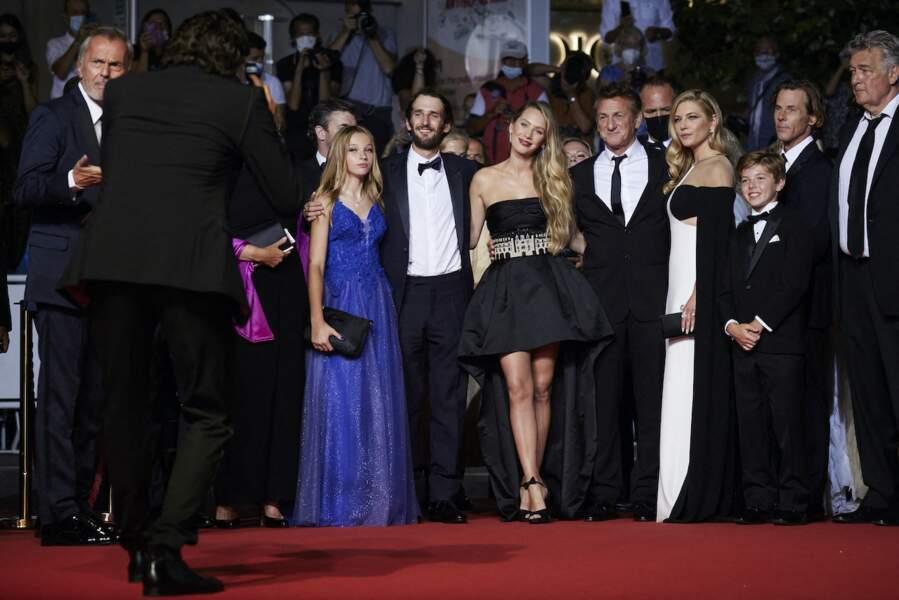 Sean Penn avec ses complices : Jadyn Rylee, Hopper Jack Penn, Dylan Penn,  Katheryn Winnick, Beckam Crawford au Festival de Cannes ce 10 juillet