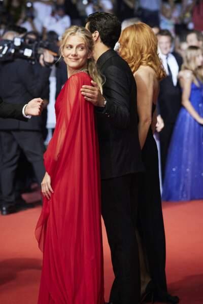 Mélanie Laurent a choisi une longue rouge de la griffe Christian Dior pour la montée des marches du Festival de Cannes ce 10 juillet