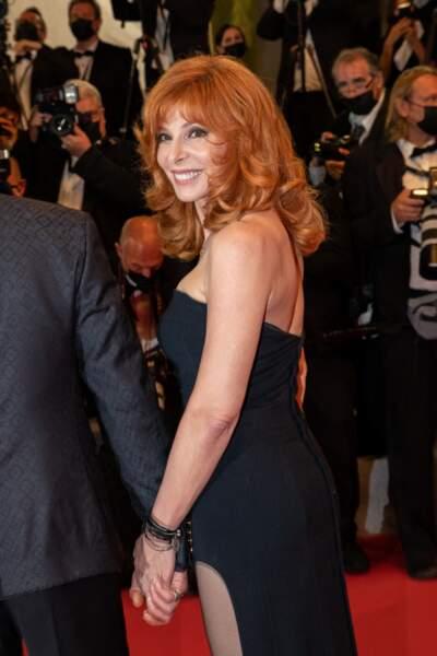 Mylène Farmer a choisi une longue robe noire avec une fente pour le tapis rouge du Festival de Cannes ce 10 juillet