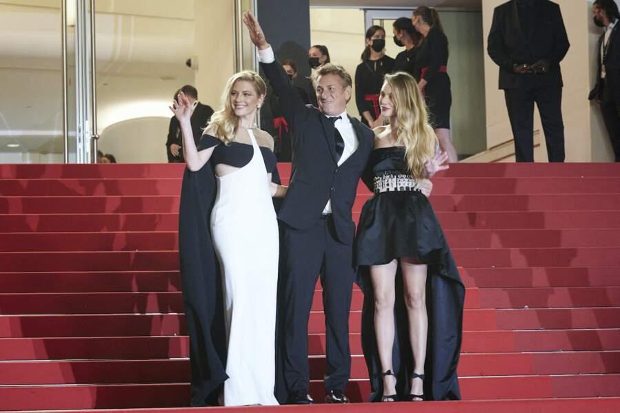 Sean Penn est venu à la présentation de son film Flag Day avec Katheryn Winnick et sa fille Dylan Penn au Festival de Cannes ce 10 juillet