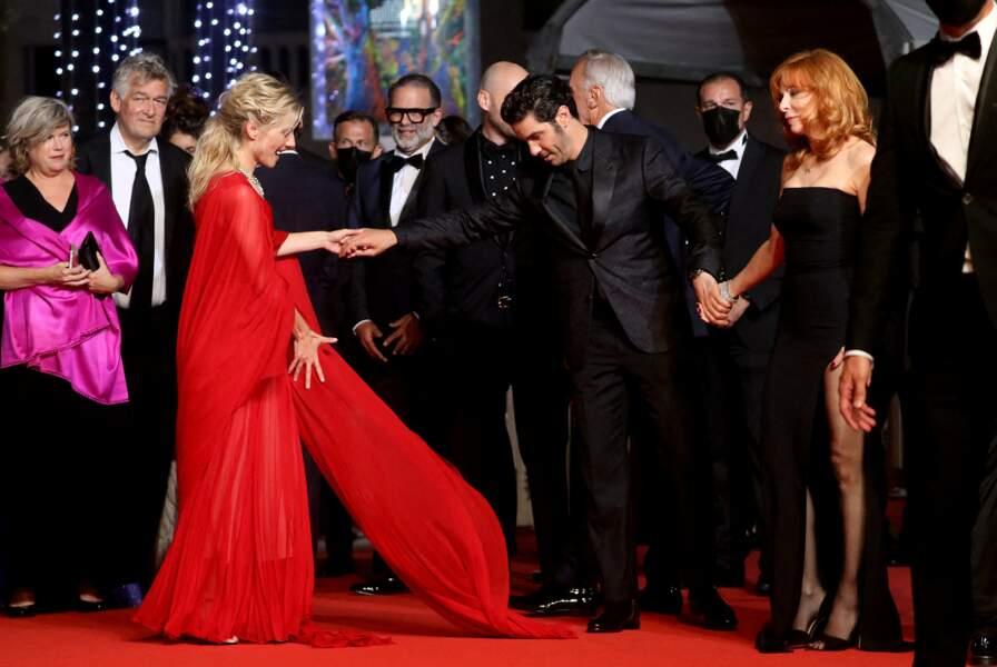 Tahar Rahim est entouré de Mylène Farmer et Mélanie Laurent pour sa montée des marches au Festival de Cannes ce 10 juillet