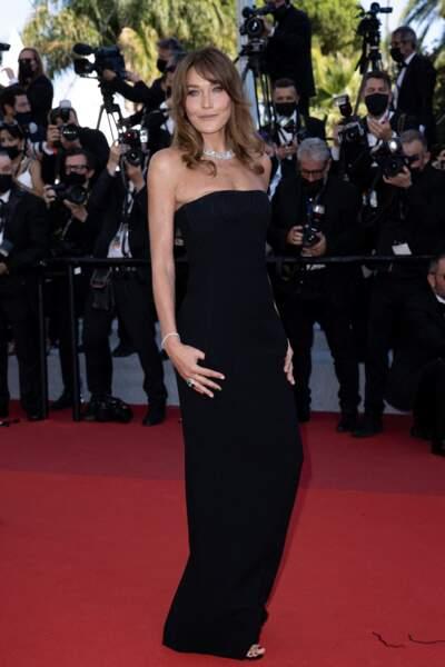 Carla Bruni très chic en robe longue bustier noire Saint Laurent par Anthony Vaccarello le 10 juillet 2021.