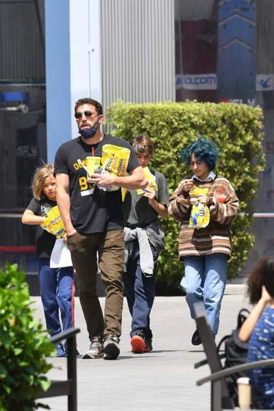 Emme, la fille de Jennifer Lopez, a troqué ses cheveux bruns pour une coloration bleu flashy, dans les rues de Los Angeles, le dimanche 11 juillet 2021