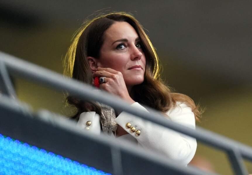 Kate Middleton a misé sur des boucles d'oreilles perlées rouges à 80€ pour la finale de l'Euro 2021 à Wembley