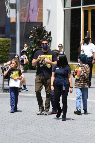 Emme Muniz, la fille de Jennifer Lopez, se balade dans les rues de Los Angeles aux côtés de Ben Affleck et de ses deux enfants, le dimanche 11 juillet 2021