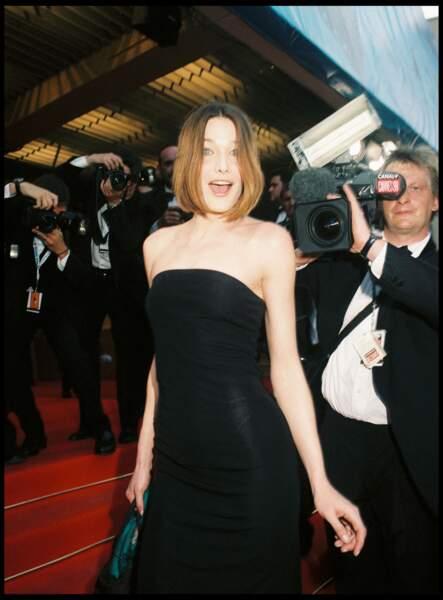 Carla Bruni en robe longue bustier noireet petit carré festival de Cannes en 1998