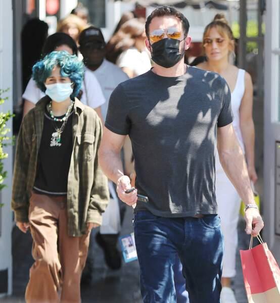 Pour déjeuner au Country Mart de Brentwood à Los Angeles, Emme Muniz a opté pour un look grunge, le vendredi 9 juillet 2021