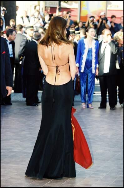 Carla Bruni sculpturale en robe longue dos-nu au festival de Cannes en 1999