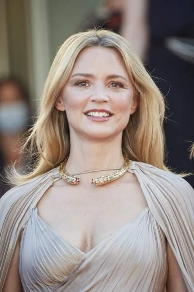 Virginie Efira magistrale en robe de vestale Dior et collier Bulgari