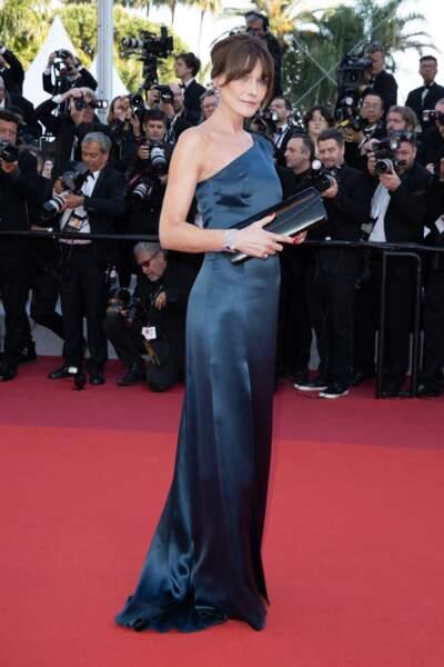 Carla Bruni en robe longue fluide et asymétrique au festival de Cannes le 15 mai 2019.