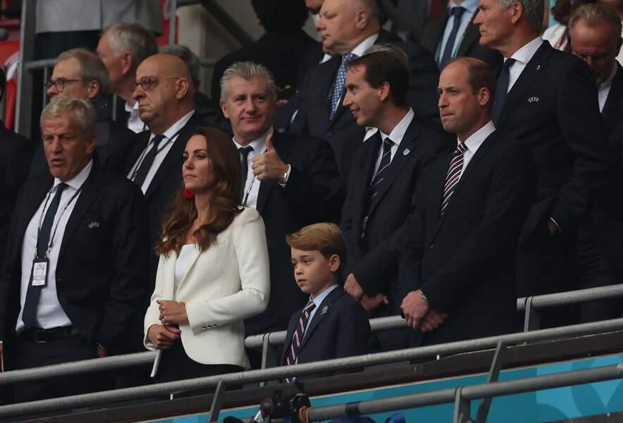 Kate Middleton porte des boucles d'oreilles rouges auprès du prince William et de son fils le prince George à la finale de l'Euro 2021