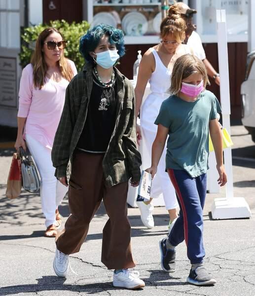 Jennifer Lopez et Ben Affleck déjeunent avec leurs enfant, Samuel et Emme, au Country Mart de Brentwood à Los Angeles, le vendredi 9 juillet 2021