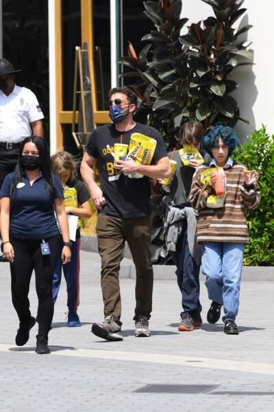 La fille de Jennifer Lopez, Emme Muniz a dévoilé sa nouvelle coupe de cheveux lors de sa virée shopping en famille dans les rues de Los Angeles, le dimanche 11 juillet 2021