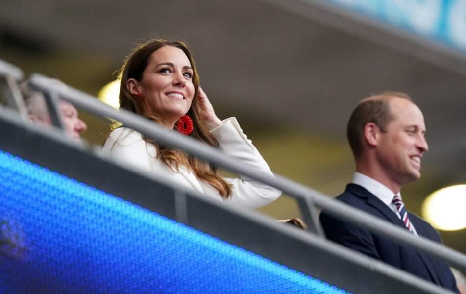La duchesse de Cambridge ravissante porte des boucles d'oreilles perlées imposantes à la finale de l'Euro 2021 à Wembley