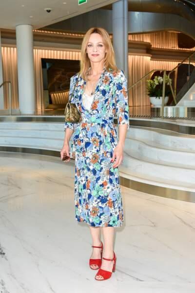 Vanessa Paradis en robe fleurie et sandales rouges à Cannes, le 10 juillet 2021.