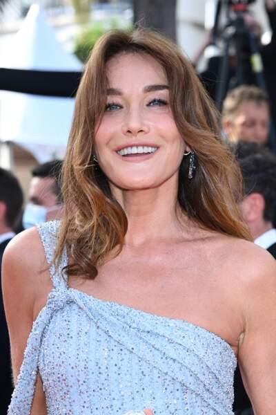 Carla Bruni en robe longue asymétrique Celine au festival de Cannes le 6 juillet 2021