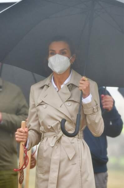 Élégante en toutes circonstances, Letizia d'Espagne a assorti son masque à son total look beige, à Roncevaux, le lundi 12 juillet