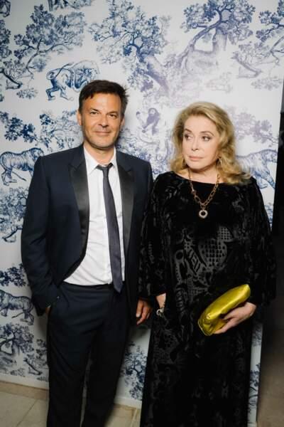 Catherine Deneuve en robe de velours noire lors du dîner organisé par Dior durant le festival de Cannes le 10 juillet 2021.