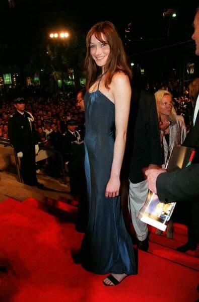 Carla Bruni en robe longue et fluide à fines bretelles au festival de Cannes en 1996