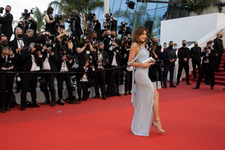 Carla Bruni en robe longue asymétrique et fendue signée  Celine by Hedi Slimane au festival de Cannes le 6 juillet 2021