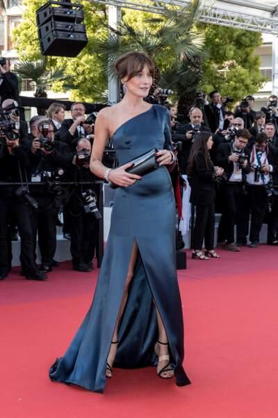 Carla Bruni en robe longue fluide et fendue sur le devannt au festival de Cannes le 15 mai 2019.
