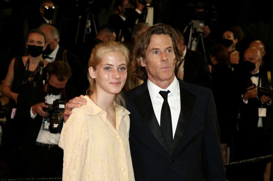 Hazel Moder, fille de Julia Roberts, et son père Daniel Moder à la montée des marches du film Flag Day, le 10 juillet 2021 lors du 74ème Festival de Cannes