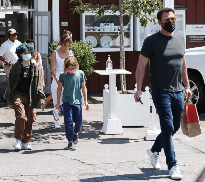 La fille de Jennifer Lopez, Emme Muniz, remet au goût du jour la tendance rock'n roll lors d'un déjeuner au Country Mart de Brentwook, à Los Angeles, le vendredi 9 juillet 2021