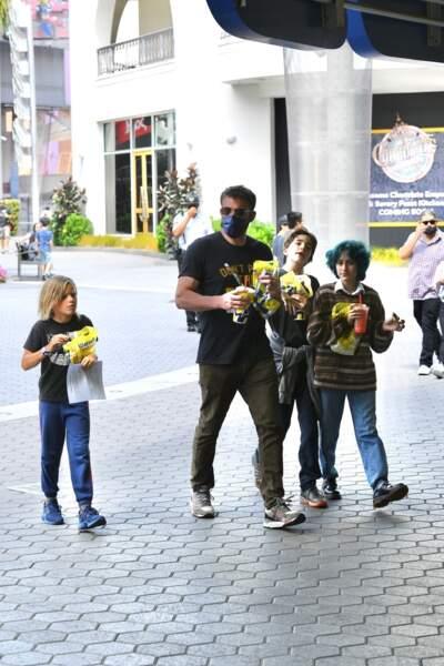Ben Affleck arrive au CityWalk Mall de Los Angeles en compagnie de ses enfants et d'Emme Muniz, la fille de sa chérie JLo, pour une séance de shopping le dimanche 11 juillet 2021