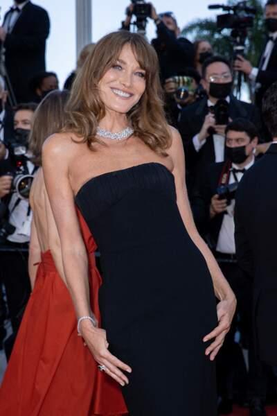 Carla Bruni-Sarkozy radieuse en robe longue noire, au festival de Cannes le 10 juillet 2021