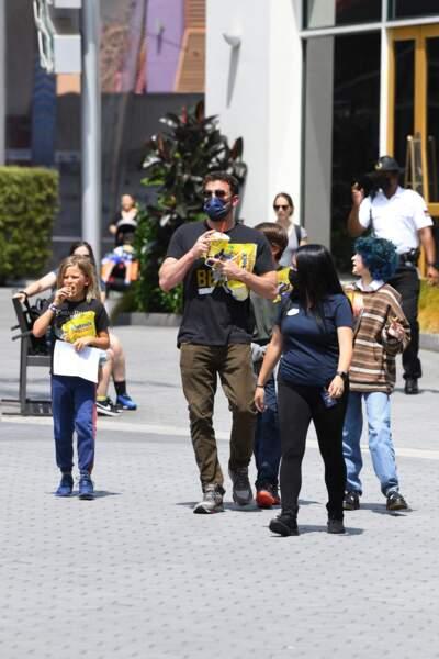 Ben Affleck affiche une belle complicité avec ses enfants et Emme Muniz, fille de Jennifer Lopez, le temps d'une virée shopping à Los Angeles, le dimanche 11 juillet 2021