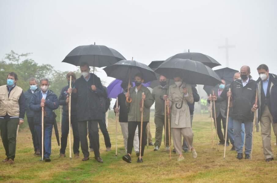 La reine Letizia d'Espagne affronte une pluie fine avec style en trench-coat et baskets beiges pour une randonnée sur le chemin de Saint-Jacques de Compostelle, le lundi 12 juillet 2021