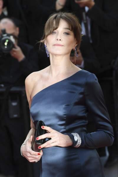 Carla Bruni ultra chic en robe longue fluide et asymétrique au festival de Cannes le 15 mai 2019.