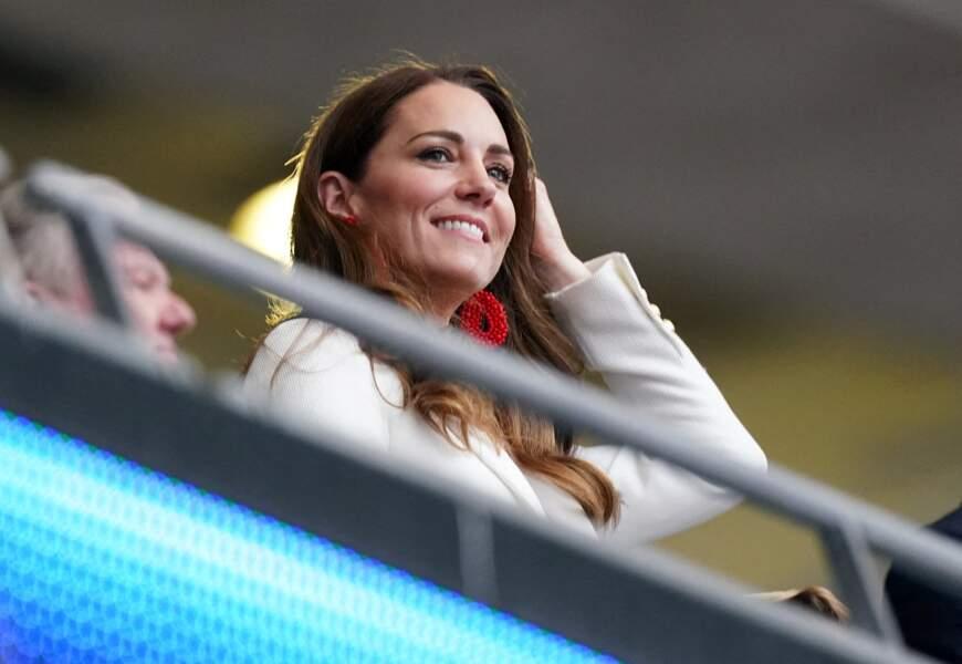 La duchesse de Cambridge a associé ses boucles d'oreilles perlées rouges Blaiz à son sac Mulberry rouge pour la finale de l'Euro 2021 à Wembley