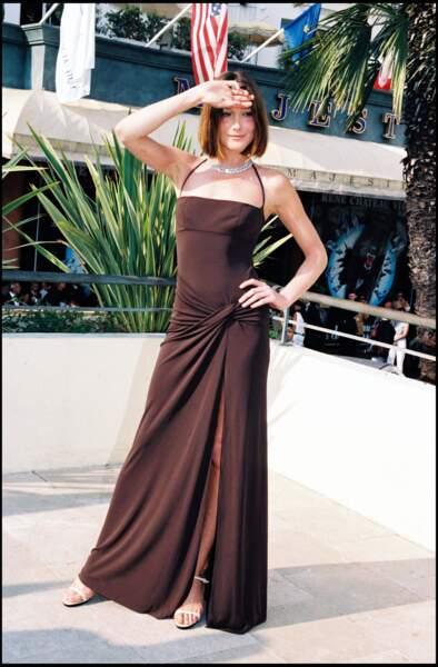 Carla Bruni en robe longue fendue au festival de Cannes en 1998