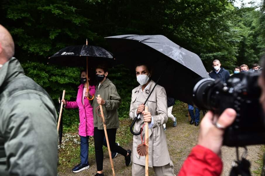 La météo automnale n'a pas eu le dernier mot sur le sens du style de la reine Letizia d'Espagne, à Roncevaux, le lundi 12 juillet