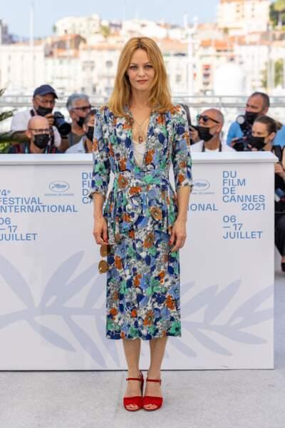 """Vanessa Paradis en robe midi fleurie pour le film """"Cette musique ne joue pour personne """", le 10 juillet 2021 au festival de Cannes."""