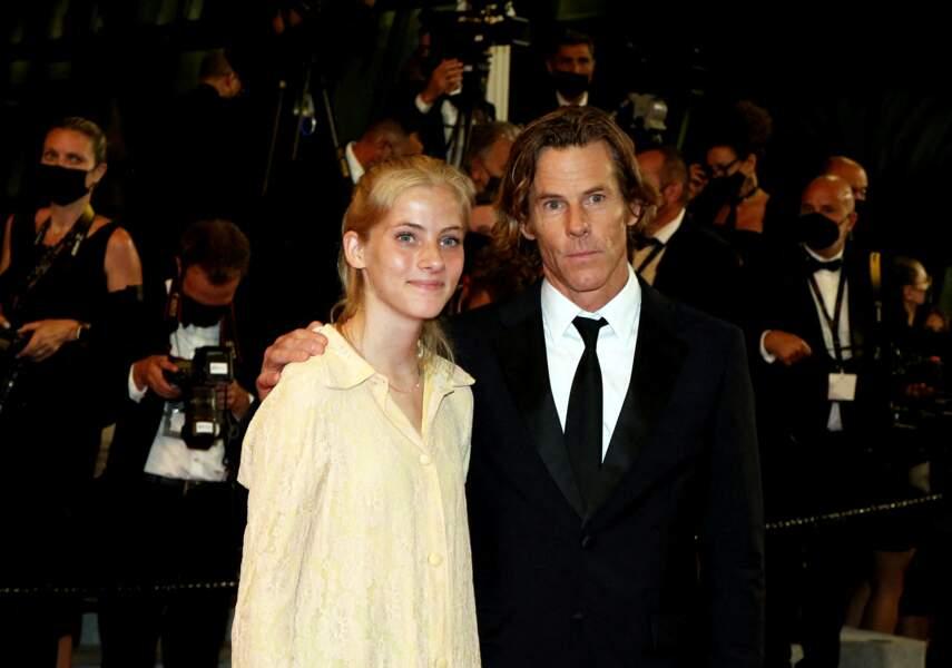 Hazel Moder, fille de Julia Roberts, et son père Daniel Moder à la montée des marches du film Flag Day, le 10 juillet 2021 au Festival de Cannes