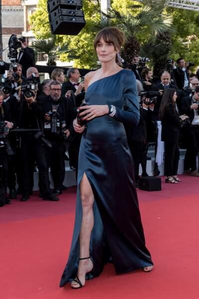 Carla Bruni en robe longue fluide qui dévoile ses jambes au festival de Cannes le 15 mai 2019.