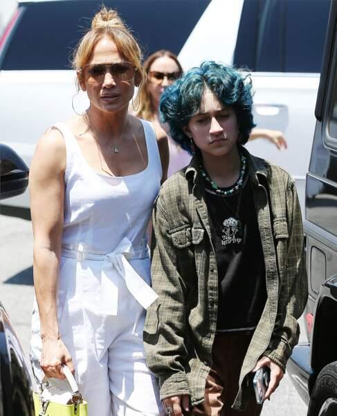 Tandis que Jennifer Lopez affiche un total look blanc décontracté-chic, Emme sa fille a misé sur un ensemble plus sombre et rock, le vendredi 9 juillet 2021, à Los Angeles