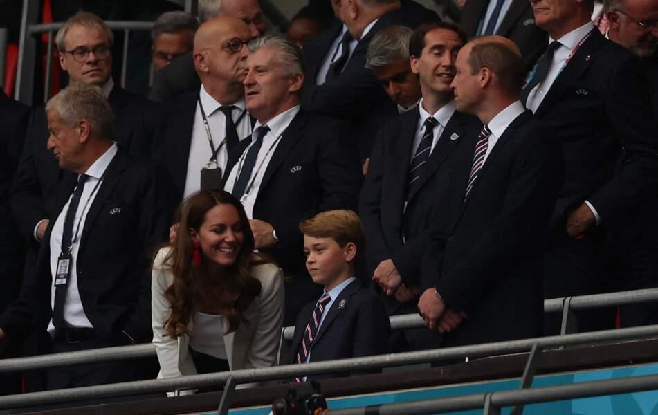 La duchesse de Cambridge chic et casual en veste de blazer et boucles d'oreilles rouges à la finale de l'Euro 2021 à Wembley