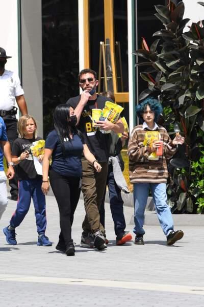 Bottines noires vernies et vêtements oversize, Emme Muniz a surpris les passants avec son look grunge, le dimanche 11 juillet 2021, dans les rues de Los Angeles